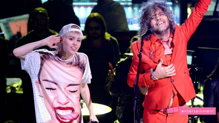 Miley Cyrus sends Flaming Lips pictures of herself peeing